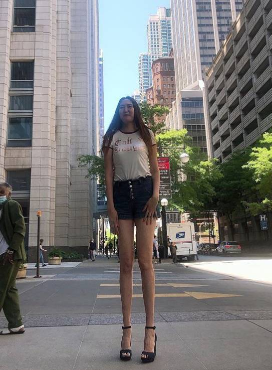 This 6-foot-9-inch Russian woman claims to have the world's longest legs